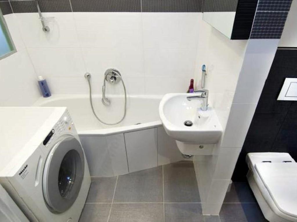 Установка новой ванны в совмещённый санузел. Сложности монтажа сантехники в маленьких помещениях